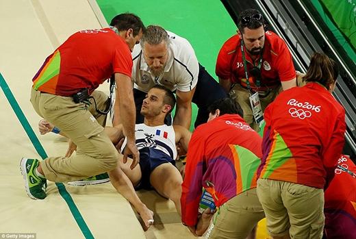 Bị gãy chân, VĐV người Pháp còn bị đội ngũ làm rớt khi cấp cứu