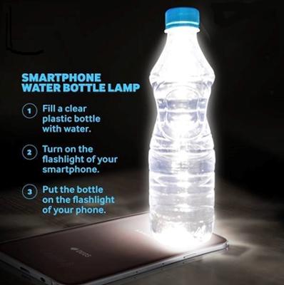 Chai nước thành đèn bàn. (Ảnh: internet)