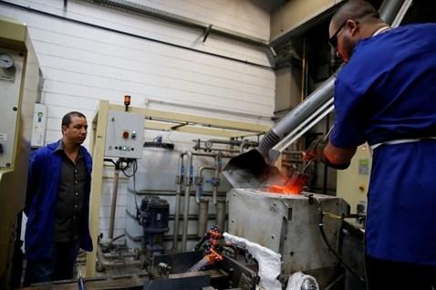 Sau đó từng loại kim loại nóng chảy được đổ đầy vào các khuôn.