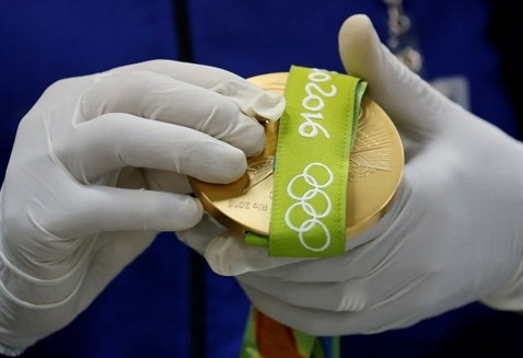 Mỗi huy chương đềuđược gắn dải ruy-băngthêu logo Olympics Rio 2016 để tiện cho việc trao giải...