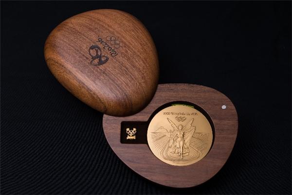 ...vàđược đựng trong một hộp gỗ được thiết kế vô cùng đẹp mắt đểtránh bị trầy xước trong lúc vận chuyển.