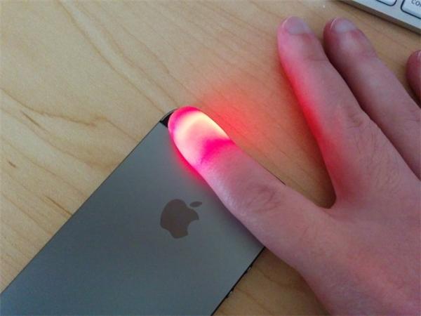 Dùng camera và đèn flash của điện thoại để theo dõi nhịp tim. (Ảnh: internet)
