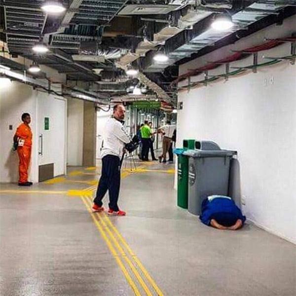 Ashley McKenzielao đầu gục ngay gần thùng rác thải sau thất bại.