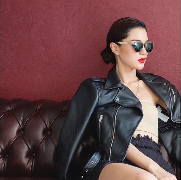 Cô nàngluôn sáng tạo với những phong cách thời trang mới mẻlúc thì dịu dàng tha thướt,khi thì cá tính thời thượng.