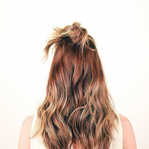 Tóc búi củ tỏi chính là cách xử lí tóc mái vô cùng nhanh, gọn, đẹp dành cho các bạn nữ.