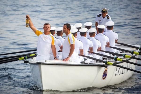 Lars Grael, một vận động viên Olympicmang ngọn lửa Olympic trên chiếc thuyền của Học viện Hải quân Brazil trong suốt lễ rước đuốc ở Rio de Janeiro. Ngọn lửa Olympic diễu hành qua các đường phố đênsân vận độngMaracana cho lễ khai mạc hôm thứ 6.