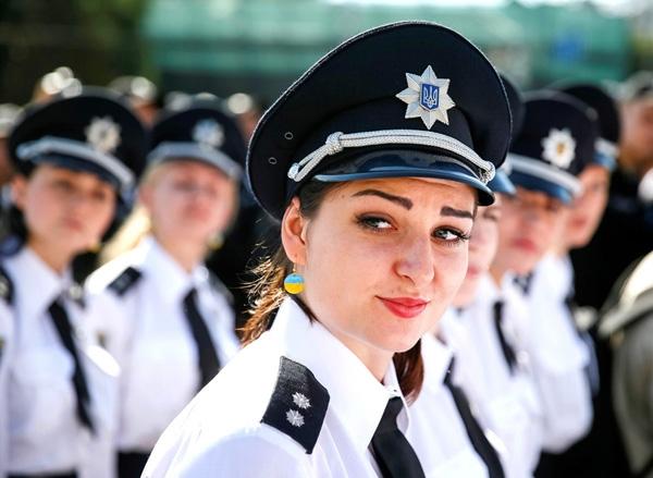 Sĩ quan cảnh sát Ukraine tham dự một buổi lễ đánh dấu kỉniệm đầu tiên của một cải cách trong dịch vụ cảnh sátở Kiev, Ukraine.