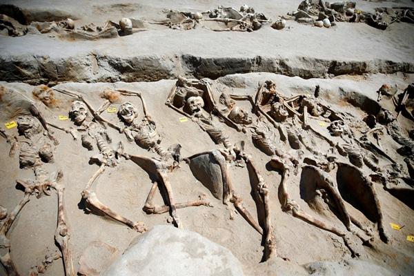 Những bộxương ngườicòn sót lại với xiềng xích sắt trên cổ tayđược xếp theohàng tại nghĩa trang Falyron Delta cổ đại ở Athens, Hy Lạp.