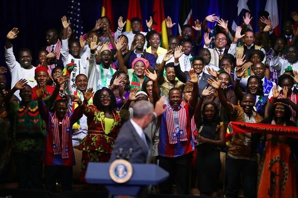 """Các thủ lĩnh trẻ châu Phiđón chào Tổng thốngBarack Obama bằng bàihát """"Happy Birthday"""" khi ôngđến Hội nghị Tình bằng hữuMandela Washington ở Washington, DC.Hội nghị nàyquy tụ 500 nhà lãnh đạo trong độ tuổi25-35, từ châu Phi đến Hoa Kỳ trong 6 tuần đào tạo lãnh đạo và cố vấn."""
