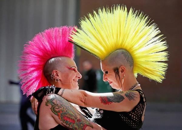 Hai rocker nhạc punk ôm hôn trong Lễ hội Rebellion được tổ chứchàng năm ở Blackpool, Anh.Hàng ngàn rocker punkđã đổ về các khu nghỉ mát bên bờ biển Blackpool trong lễ hội 4ngày, có cả ban nhạc punk cổ điển và hiện đại.