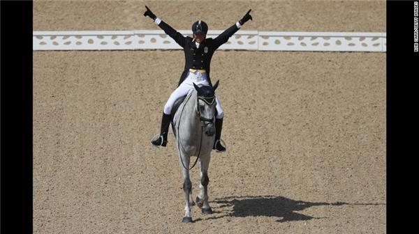 Đấu thủPietro Roman của Ý đang biểu hiện phấn khởi khi chiến thắng tại vòng đấu của mình.