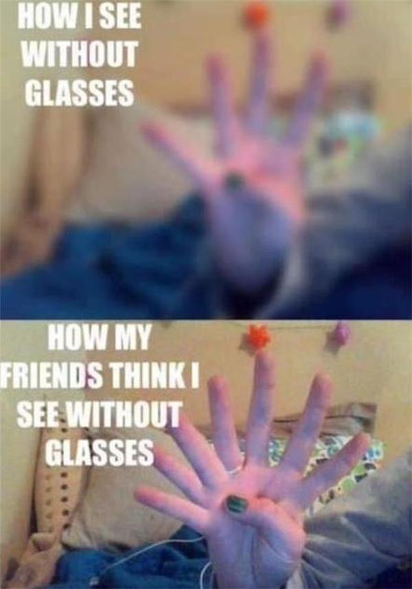 Cận thì cận nhưng cũng nhìn thấy mờ mờ nhé, chứ không phải mù đâu mà hỏi có mấy ngón tay nhé.