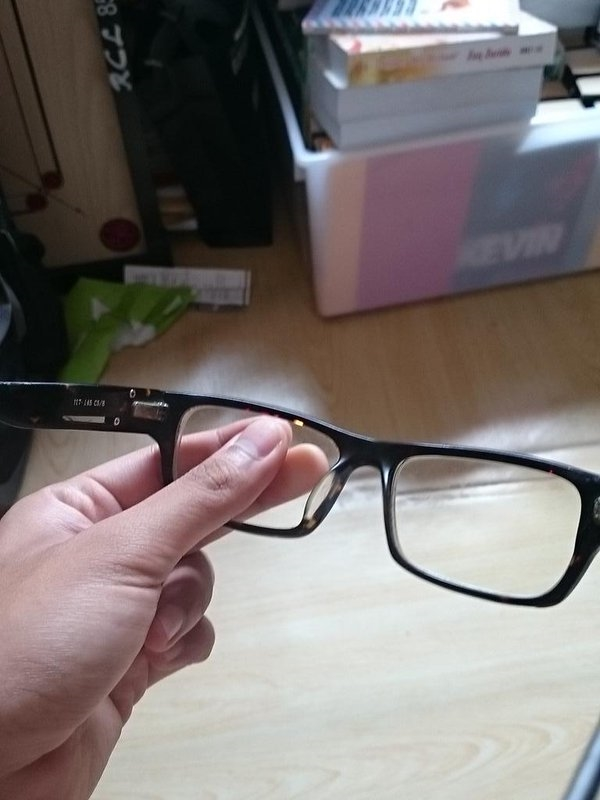 Cảm giác xót đứt ruột khi có ai đó cầm kính của mình lên xem mà sờ tay vào mặt kính.