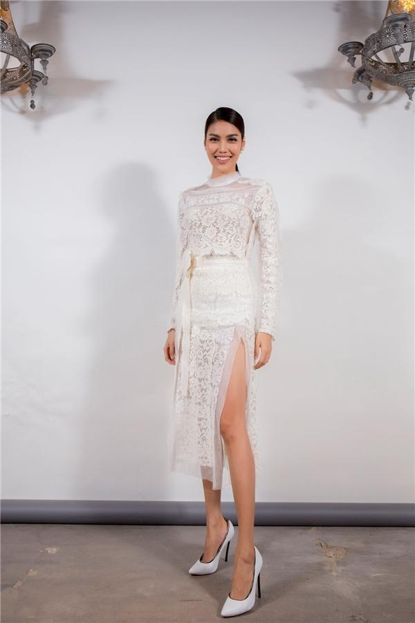Tham gia đêm tiệc ra mắt cửa hàng thời trang, Lan Khuê mang đến vẻ ngoài táo bạo nhưng vẫn thanh lịch với váy ren trắng cắt xẻ. Top 11 Hoa hậu Thế giới 2015 khoeđôi chân dài miên man đáng mơ ước của phái đẹp.