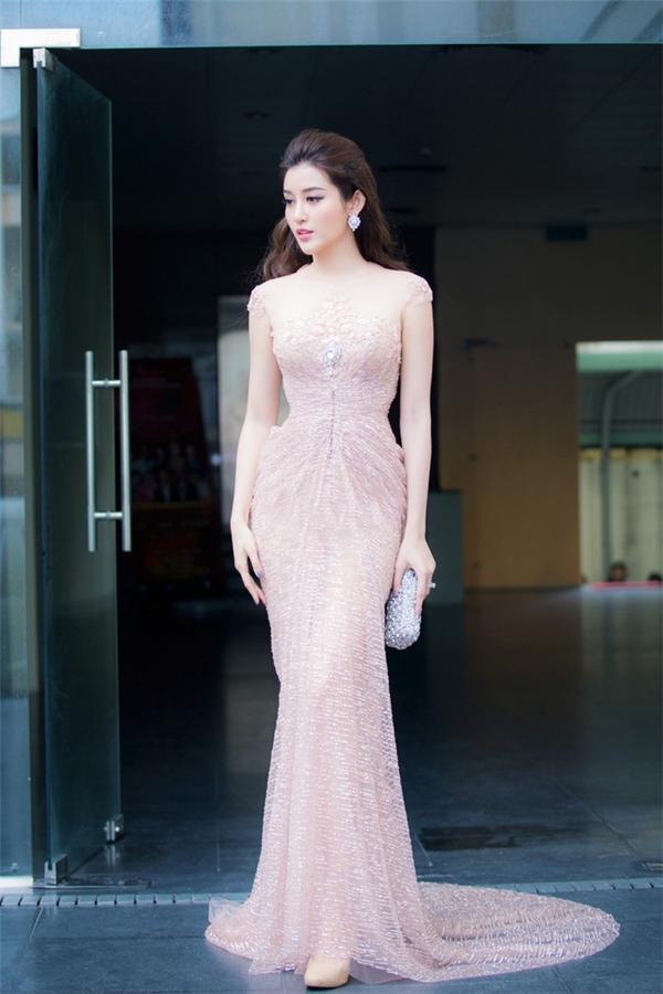 """Hà Hồ, Lan Khuê """"kẻ tám lạng, người nửa cân"""" khi diện váy xẻ"""