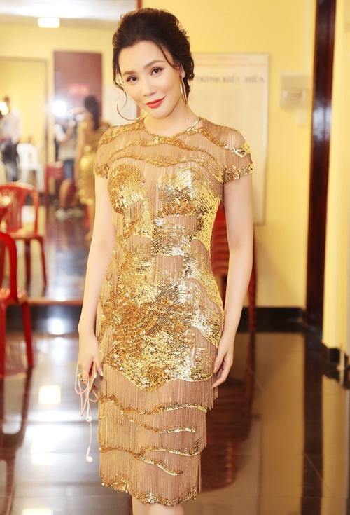 Trên sân khấu The X Factor, Hồ Quỳnh Hương trở thành tâm điểm khi diện bộ váy ánh kim nổi bật của nhà thiết kế Lê Thanh Hòa. Các chi tiết đều được thực hiện bằng phương pháp đính kết, móc nối thủ công. Dù lấy cảm hứng chiến binh làm chủ đạo nhưng bộ váy vẫn toát lên vẻ nữ tính, quyến rũ.