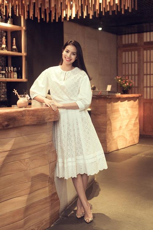 Sau hàng loạt váy áo gợi cảm, Phạm Hương tạo nên sự bất ngờ khi diện trang phụcthanh lịch mang màu sắc thời trang cổ điển. Bên cạnh sắc trắng tinh khôi, chất liệu ren mềm mại càng làm tăng thêm vẻ nữ tính cho Hoa hậu Hoàn vũ Việt Nam 2015.
