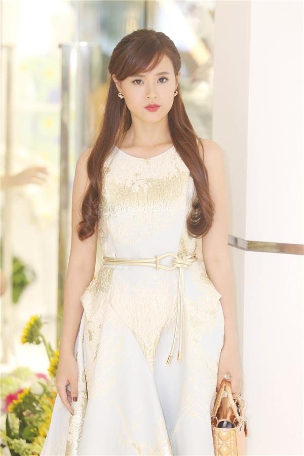 Midu vẫn trung thành với phong cách thời trang kín đáo, thanh lịch khi xuất hiện trong bất kì sự kiện nào. Trang phục mà cô diện của nhà thiết kế Phương My được thực hiện dựa trên ý tưởng vẻ đẹp của ánh trăng soi mình xuống dòng suối.