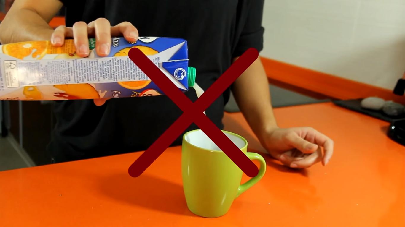 Bạn để ý vị trí của nắp hộp giấy nhé, đây là cách rót nước sai đấy.