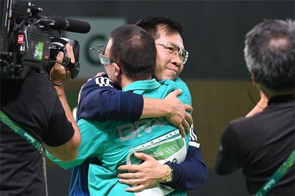 Almeida Wu và Hoàng Xuân Vinh chúc mừng nhau. Ảnh: Getty.
