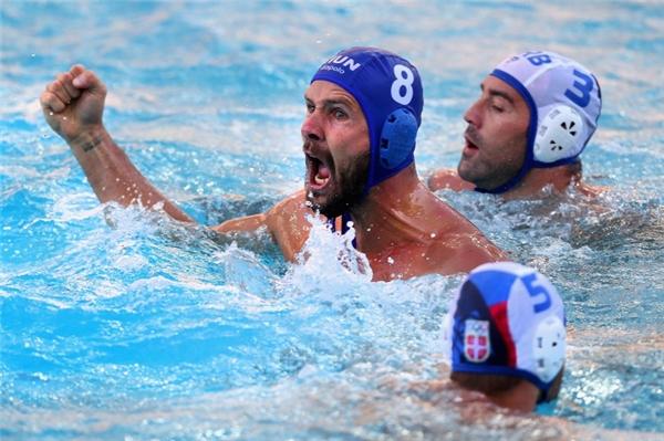 Cầu thủ người Hungary, Marton Szivos (mũ xanh) ăn mừng bàn thắng vào lưới Serbia trong khuôn khổ lượt trận đầu tiên bảng A môn bóng nước.
