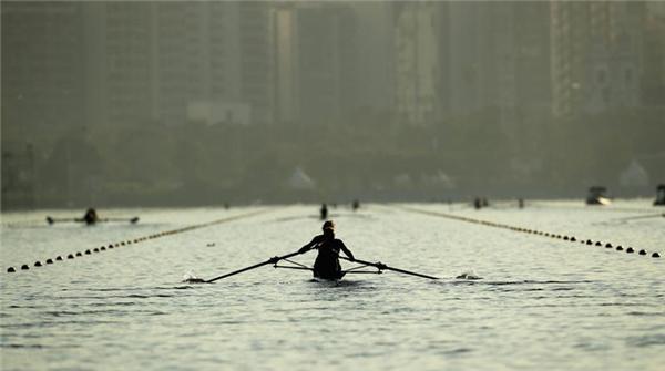 Các vận động viênkhởi động tại nhà thi đấu trên biển Lagoa trước khi bước vào nội dung chèo thuyền của Olympic2016.