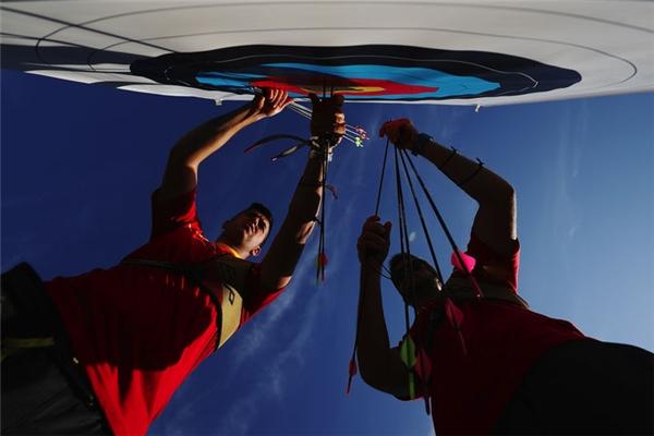 Đội tuyển bộ môn bắn cung củaTây Ban Nha đangrút cácmũi tên của họ từ tấm bia sau khi thực hiện xong phần thi ở vòng loại nam.