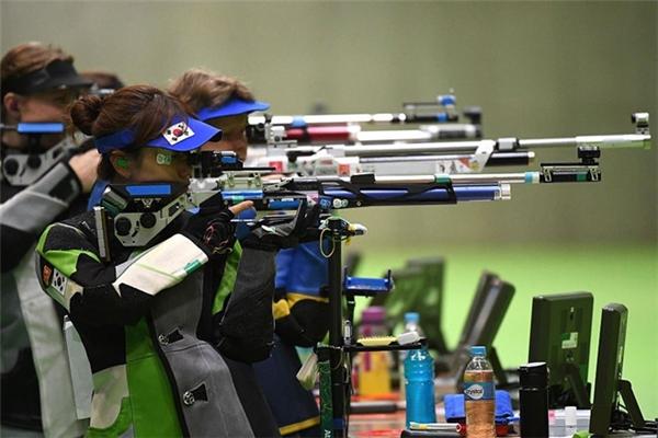 10m súng trường là nội dung diễn ra sớm nhất tại Olympic 2016. Vận động viêncó vinh dự giành tấm huy chương vàng đầu tiên là nữ xạ thủ Virginia Thrasher đến từ Hoa Kỳ với số điểm 208,0.