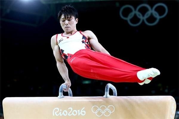 Vận động viênđiển trai người Nhật Kohei Uchimura trình diễn ở nội dung ngựa tay quay nam. Anh xếp thứ hai ở vòng loại cùng số điểm 90,498.
