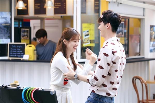 Lee Jong Suk và Han Hyo Joo nhí nhảnh trong hậu trường