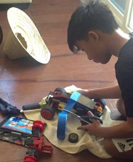 Chế xe điều khiển bằng bộ xếp hình Lego để đi ấp trứng Pokemon. (Ảnh: internet)
