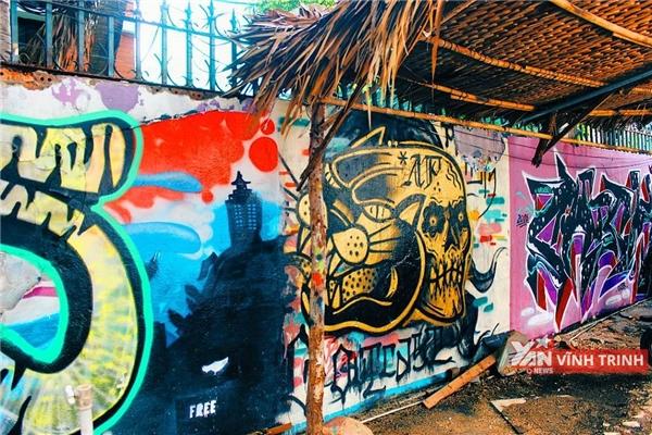 Hơi thở của giới underground Mỹ len lỏi trong từng ngóc ngách của Saigon Outcast.