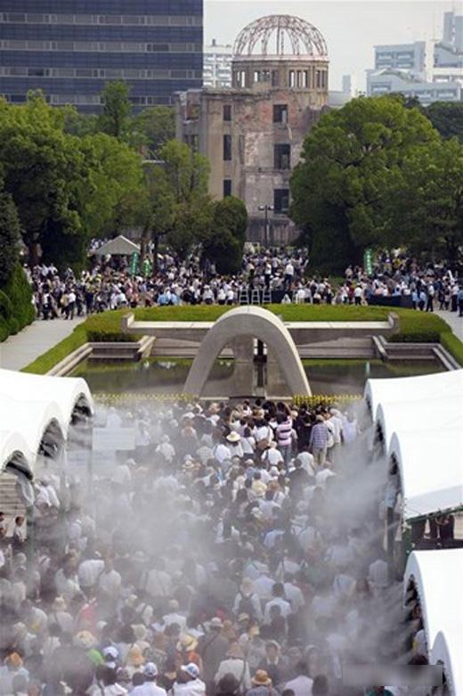 Hàng ngàn người đã tớiCông viên tưởng niệm Hòa bình để tham gia lễ tưởng niệm 71 nămvụ ném bom nguyên tử xuống Hiroshima.