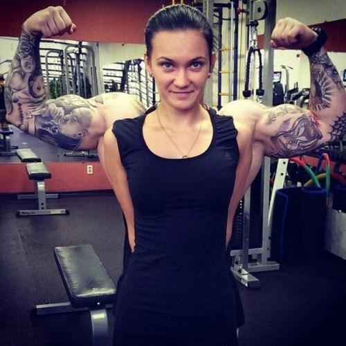 Nhờ tập gym mà phụ nữ cùng cơ bắp chẳng kém cạnh các chàng trai.