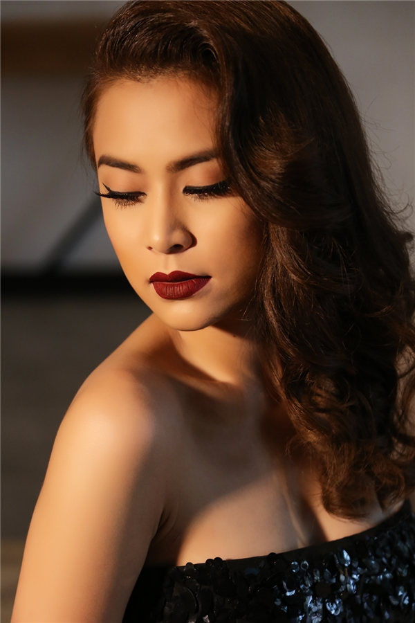 Hoàng Thùy Linh cho biết hình ảnh người phụ nữ trong MV không ai khác chính là cô. Và để thực hiện sản phẩm âm nhạc mang tính đột phá này, nữ ca sĩ đã trải qua quá trình đấu tranh gay gắtvới bản thân.  - Tin sao Viet - Tin tuc sao Viet - Scandal sao Viet - Tin tuc cua Sao - Tin cua Sao