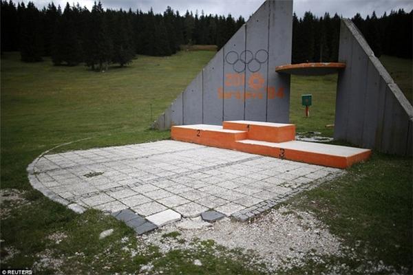 Bục trao huy chương ở Thế vận hội năm 1984tại Sarajevo, Nam Tưđã trở nên cũ nát, hoang tàn.