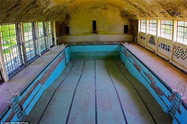 Hồ bơi được xây từ Thế Vận Hội 1936 tại Elsral, phía tâyBerlin (Đức). Đến nay, chúng dường như đã trở thành một phế tích phủ đầy cát, trần bong tróc, bụi bám khắp nơi.