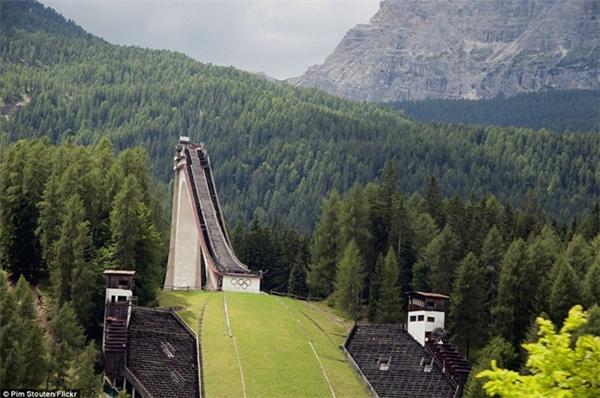 Làng vận động viên từ năm 1936 trong Thế vận hội Olympic ở Đức như một dãy nhà bỏ hoang.  Một điểm phục vụ cho môn trượt tuyết trong Thế vận hội mùa đông 1956 ở Ý đang có nguy cơ sụp đổ sau thời gian dài bỏ hoang.