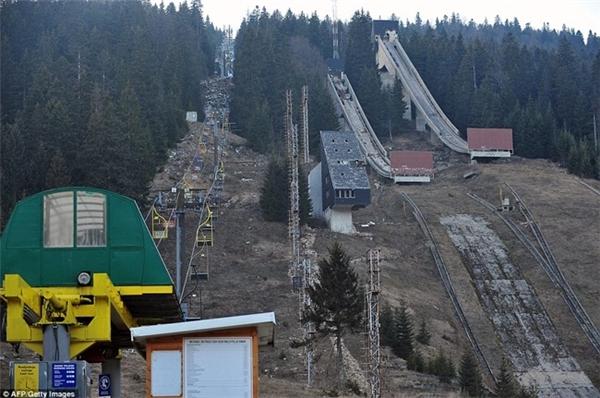 Sân trượt tuyết ở Sarajevo được xây phục vụ Olympic 1984 Olympic hiện xuống cấp nghiêm trọng, hầu như bị phá nát.