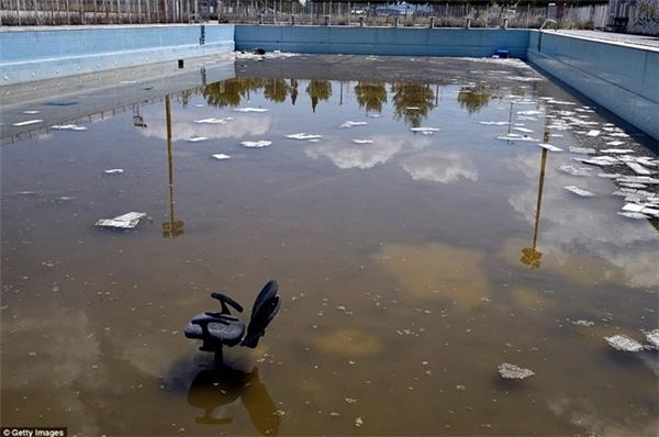 Một hồ bơi được phục vụ cho Olympic trông nhếch nhác, bẩn thỉu sau khi Thế vận hội qua đi.