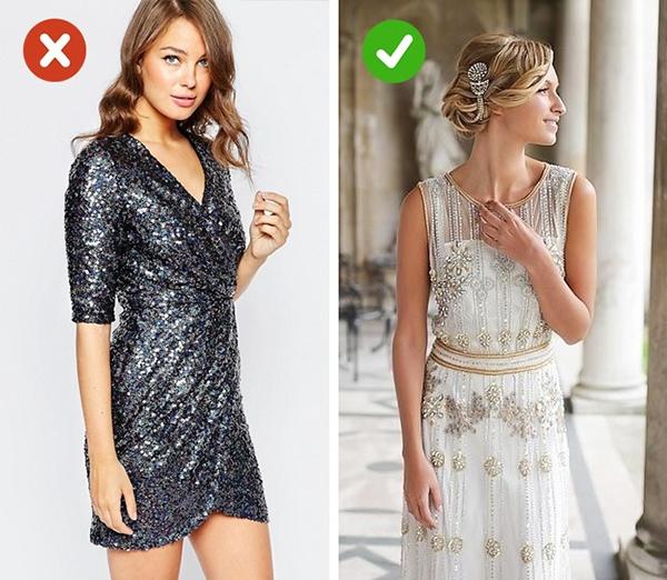 Thay vào những chiếc váy được thực hiện trên nền chất liệu sequins nguyên mảng, các cô gái nên chọn thiết kế đính kết hợp xu hướng. Chúng trông vừa nổi bật nhưng vẫn thanh thoát, dễ chịu.