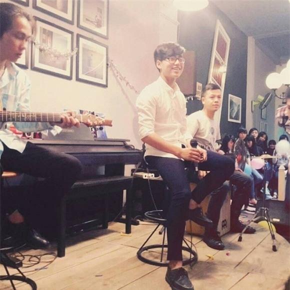 """Thỉnh thoảng, anh chàng cũng tham gia biểu diễn ởmột số tụ điểm nhỏ để trau dồi kĩ năng âm nhạc. Có anh trai là ca sĩ nổi tiếng nhưng Việt Hoàng không dựa dẫm. Chàng trai 16 tuổi muốn tự đi bằng """"đôi chân"""" mình."""