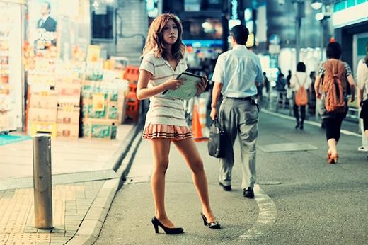 """Ở Nhật, việc """"bán hoa"""" bị nghiêm cấm thế nhưng khu phố đèn đỏ này vẫn tồn tại qua nhiều thập kỉ."""