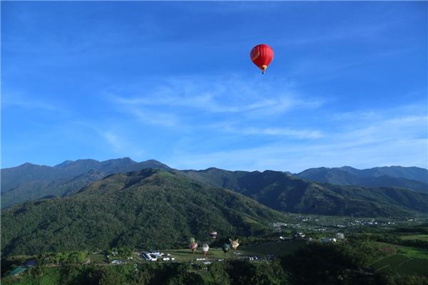 Khinh khí cầu Vietjet mang màu cờ sắc áo Việt Nam, cao 25 m, rộng 18 m với cự ly bay 5 km và độ cao tối đa 150 m, trình diễn tại lễ hội.