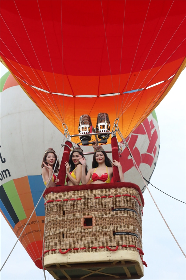 Khách tham quan sự kiện thỏa sứcchụp hình lưu niệm và tham gia các hoạt động thú vị như xem trình diễn khinh khí cầu, giao lưu với phi công và người mẫu bikini Vietjet.