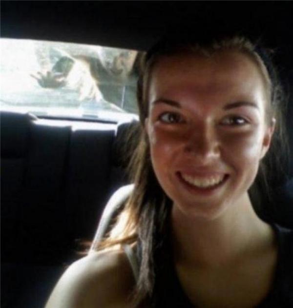 Trong lúc dừng đèn đỏ tại một ngã tư hoang vắng, cô gái lấy điện thoại ra chụp selfie. Về nhà xem lại mới phát hiện có ai đó đang cào vào cửa kính đằng sau.