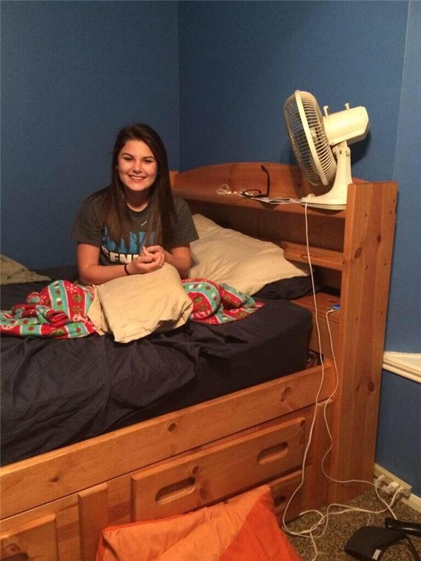 Hãy nhìn vào khe hở giữa góc nệm và chiếc giường, nhìn cho thật kĩ vào, bạn sẽ biết vì sao cô gái này luôn than phiền rằng có ai đó bứt tóc mình mỗi khi ngủ.