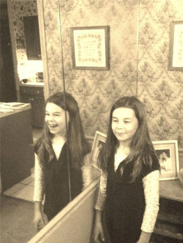Cô bé kể với bố mẹ rằng chiếc gương trong phòng có điều gì đó rất kì lạ, giống như thể có ai đó đằng sau nó. Họ không tin.