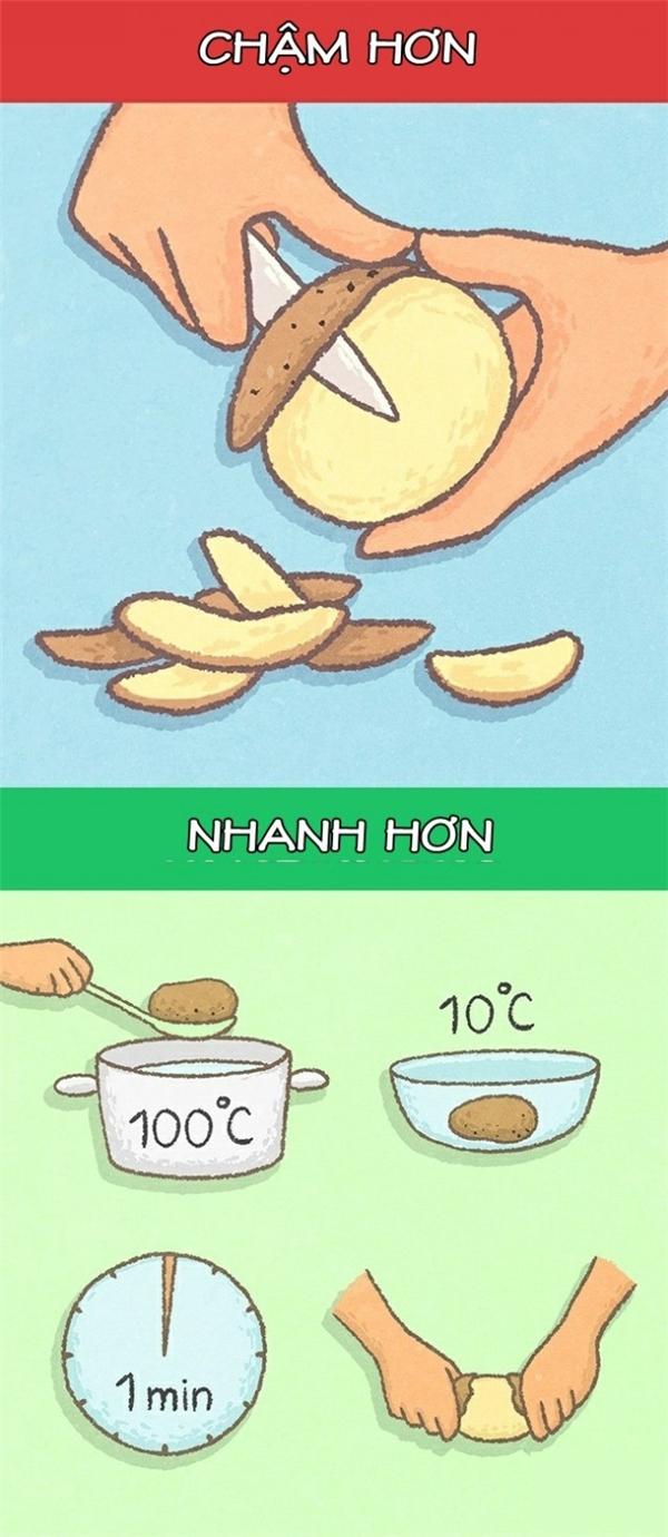 Thay vì mất cả tá thì giờ loay hoay với đống khoai tây, bạn có thể luộc sơ chúng và ngâm trong nước lạnh 1 phút. Lúc này, chỉ cần bạn chạm nhẹ là vỏ khoai đã tự tuột ra rồi.