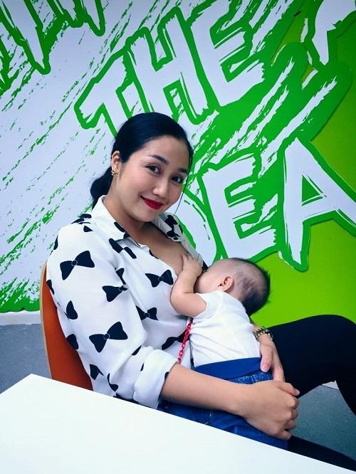 Khi đi làm, đi công tác, Ốc Thanh Vân cũng mang máy hút sữa cho con để đảm bảo nuôi con hoàn toàn bằng sữa mẹ. - Tin sao Viet - Tin tuc sao Viet - Scandal sao Viet - Tin tuc cua Sao - Tin cua Sao